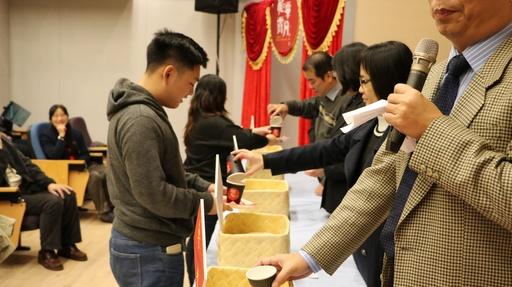 同學依序進行入學禮儀式