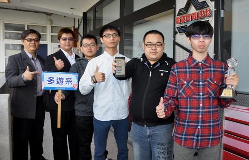 勇奪「行動APP遊程組」全國第一的隊伍,由多遊系黃建基主任(左一)及陳念農老師(左二)指導。