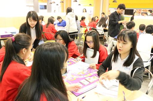 中信金融管理學院學生帶領新興高中同學玩現金流桌遊,從桌遊了解金融圈生態,並學習相關知識