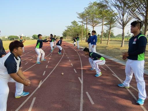 中信金融管理學院棒球隊每日基本訓練手眼協調能力、專注力、反應能力