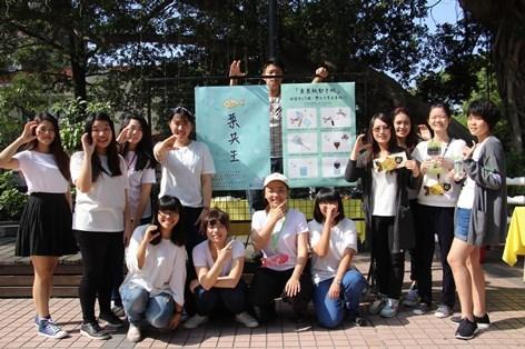 新聞圖說1:參與此次課程的文藻外大二技部菁英班學生於活動展示海報前合影