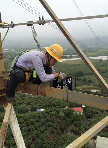 現任職於台電南區施工處的夏少傑,是105年考取台電新進僱員「輸電線路維護」的生力軍,主要負責輸電鐵塔的設備裝設及維護相關工作。