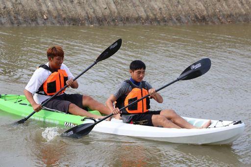 中信金融管理學院棒球隊邱智宏選手(前),平日會透過學校獨木舟訓練臂力及協調能力