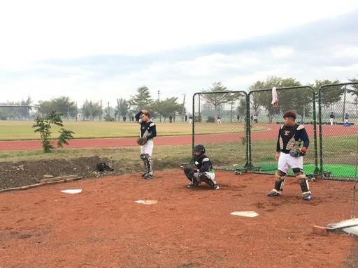 中信金融管理學院棒球隊背號1號邱智宏選手(中間),調整與投手配球默契