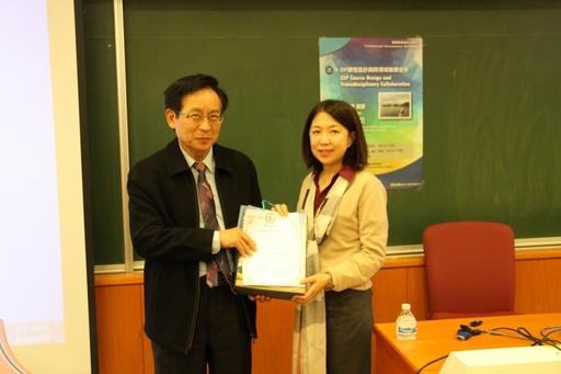 國際學院院長陳英輝(左)致贈感謝狀給高醫呂佩穎教授。