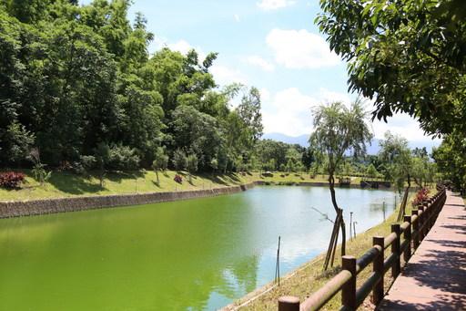 南華大學蟬聯世界綠色大學百大學校,圖為南華大學橄欖湖