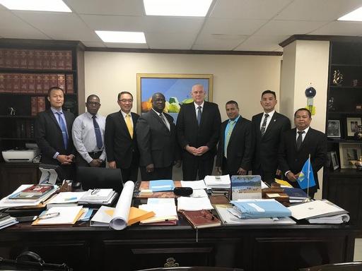海外工程公司考察團在駐聖露西亞大使沈正宗(左3)陪同下拜會露國總理查士納(Allen Chastanet)(右4)、公共工程部長金恩(Stephenson King)(左4)及經濟發展部長約瑟夫(Guy Joseph)(右3)