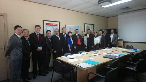考察團與巴國工商部中小企業次長Víctor Bernal(中)及相關官員合影