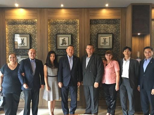 俞大使夫婦(左三及左四)餞宴巴國駐臺大使館新任參事Carlos Pintos夫婦(左一及左二)及新任駐臺武官AtanasioBogado上校夫婦(右三及右四)。