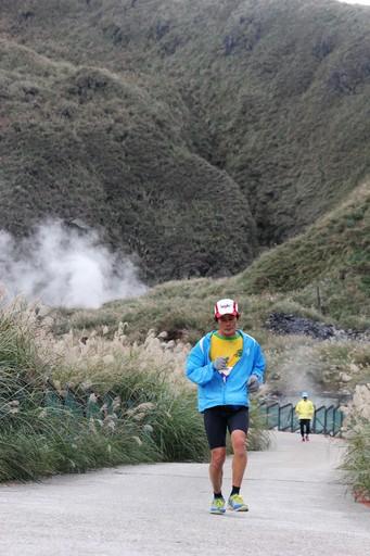 四年首見陽光現身,跑者享受風光明媚的火山賽道。