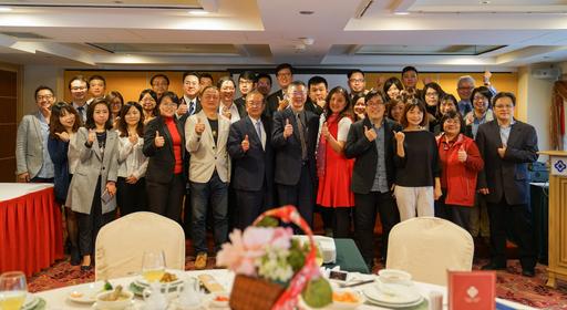 叡揚資訊創辦人張培鏞(第一排右6)與自家Vital雲端品產客戶、貴賓合影,一同讚聲