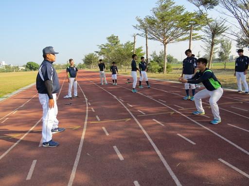 中信金融管理學院棒球隊曾智偵教練(左一),每日親自帶棒球練基本功,並充分掌握每位球員狀況,以提供量身打造的訓練方式