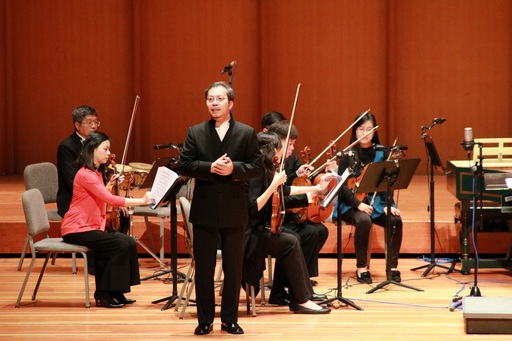 中信金融管理學院中信樂團本次音樂會表演在獲奧地利政府「藝術成就獎」、同時為布達佩斯節慶管絃樂團唯一的亞洲籍指揮呂景教授(站立致詞者)的指揮下,以韋瓦第協奏曲「四季」揭開序幕