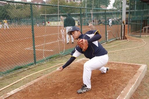 中信金融管理學院棒球隊背號18號投手黃順福,為上場前熱身準備,有助於增加關節角度活化肌群減少運動傷害發生
