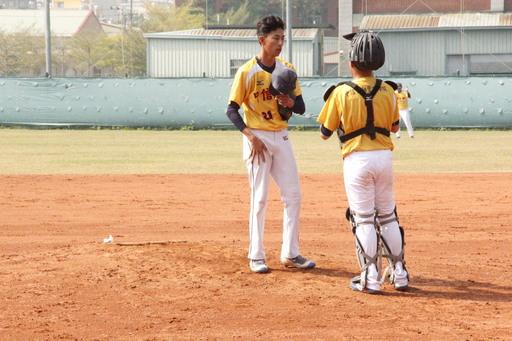 中信金融管理學院棒球隊背號21號趙恩投手與捕手討論配球,來引誘打者出棒,期以形成打者三振的局面,為中金院累積積分