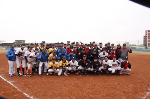 中信金融管理學院棒球隊(著黃色上衣與藍色上衣球員),與韓國世翰大學棒球隊(著黑色上衣、白色上衣及紅色上衣球員)進行友誼賽