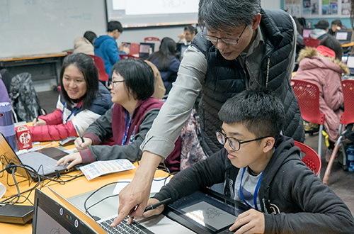 擁有多年動畫製作經驗的陳世昌老師悉心指導小組動畫創作