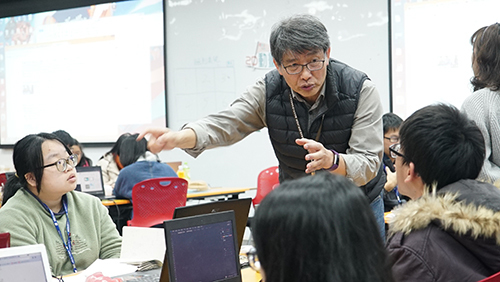 陳世昌老師講解「對決」主題,指導小組動畫創作
