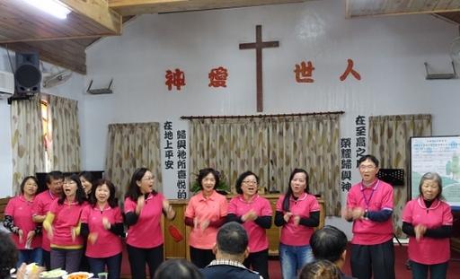 家庭教育中心志工精心准备,以民歌演唱方式进行歌词具陪伴意涵的快闪活动。