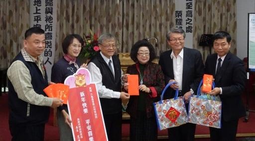 范巽绿局长、高雄市校长协会理事长杨光明校长、高雄市各级学校家长协会谢坤良理事长致赠院方物资及红包,提前祝贺院生新年快乐。