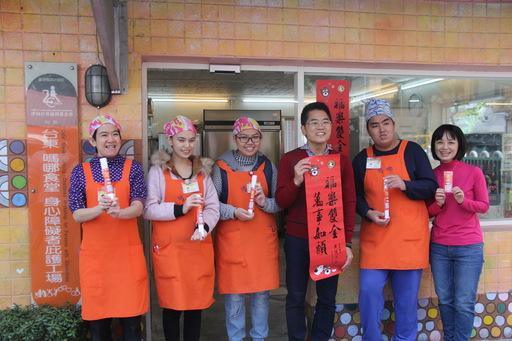 黄健庭县长伉俪市区中央市场发春联与电子数位红包 乡亲有感县府团队8年来努力打拼