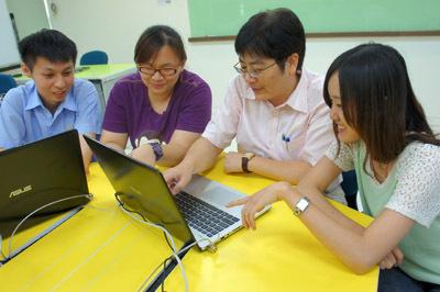 大葉大學獲教育部磨課師計畫補助,鄭孟玉老師(右二)推出免費線上課程