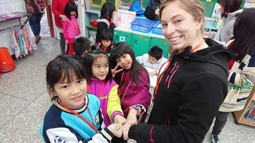 孩子與外師開心互動