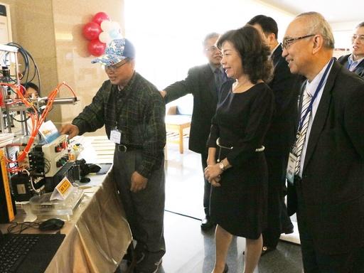 機能所博班學生馬敏雄為楊玉惠司長、蘇炎坤校長等人導覽作品
