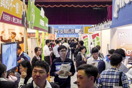 逢甲大學3月13日至14日舉辦校園徵才博覽會,共計103家廠商、124個攤位,提供逾上萬職缺。(照片/逢甲大學提供)