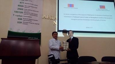 蒙古國立癌症中心副主任KHURELSUKH S.代表接受臺灣捐贈之藥品與輪椅
