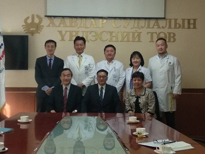 近期率領蒙古國立癌症中心團隊成功完成蒙古首起活體肝臟移植手術之該中心主任CHINBUREN J.(畫面正中央者)與中華民國駐蒙古代表黃國榮及駐處同仁於會晤後合影。