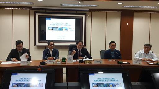 經濟部中小企業處吳明機處長(右3)為「循環經濟魔法效應 中小企業創意變身記者會」開場。
