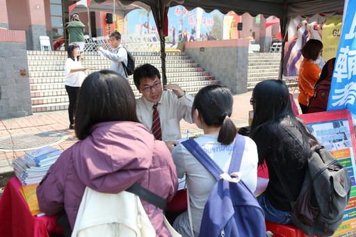 南華大學舉辦就業覽會提供1258職缺,吸引許多學生踴躍參與,除了瞭解產業趨勢藉此機會求職面試。