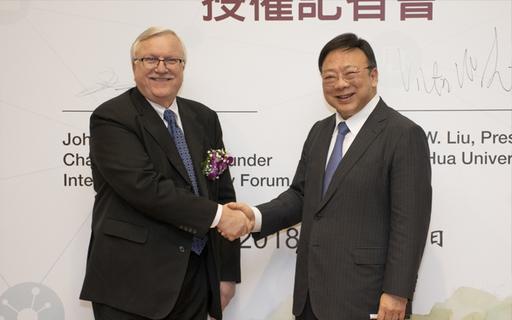 國際智慧城市論壇(ICF)授權新竹中華大學成立亞洲地區唯一智慧城市研究院,並由國際智慧城市論壇主席John G. Jung(左)及中華大學校長劉維琪(右)共同啟動。