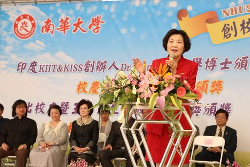 南華大學校友回娘家,舉辦「蔬食饗宴」歡慶22週年校慶,校友總會陳蔡美惠理事長致詞。