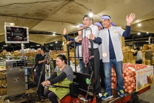 潘縣長凌晨北農賣洋蔥    雙標章洋蔥首拍獲好價