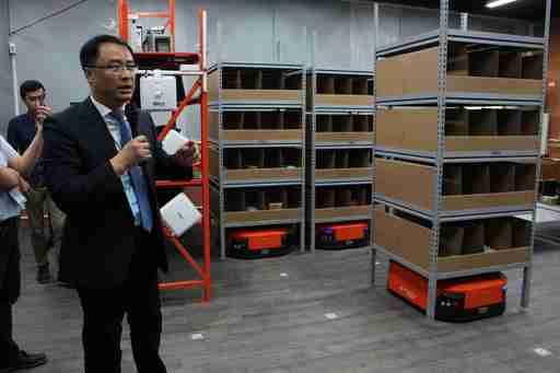 高科大第一校區管理學院院長蔡坤穆解說物流智慧搬運機器人