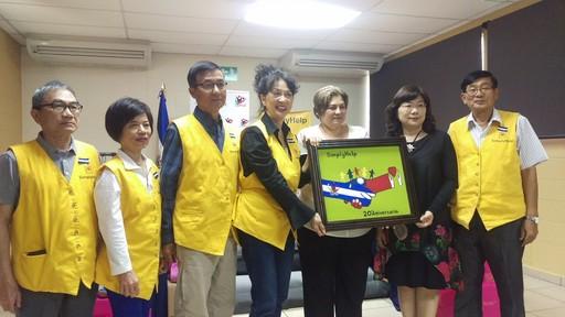 託芭副總統夫人代表薩國人民頒贈「幫幫忙基金會」感謝狀,以及該局受刑青年繪製臺薩合作畫作,共同歡慶該基金會20週年慶。