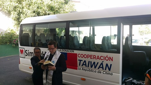 神父為我國及「幫幫忙基金會」捐贈「阿曼多卡德隆索前總統癌症慈善收容中心」的接駁小巴進行祈福儀式。