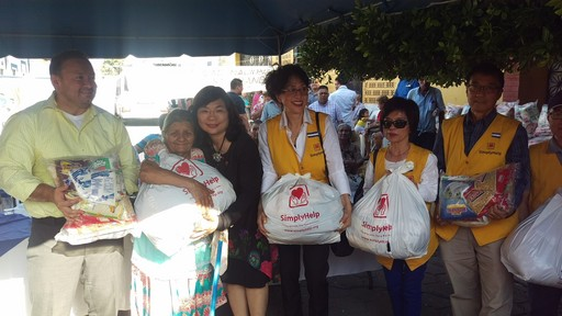 幫幫基金會鮑會長一行與國會議長葛耶哥斯(Gullermo Gallegos)及謝妙宏大使共同於阿奇拉雷斯(Aguilares)市進行慈善物資捐贈。