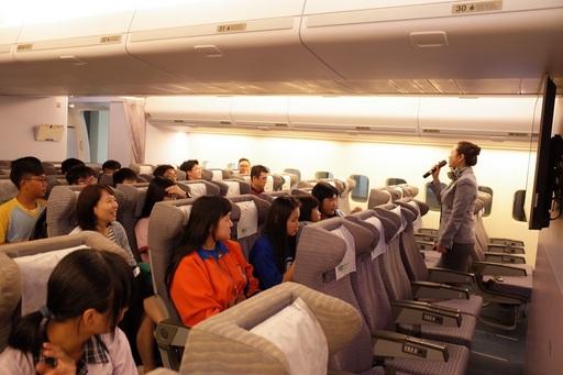 宜蘭學子參觀萬能航服系的模擬機艙教室