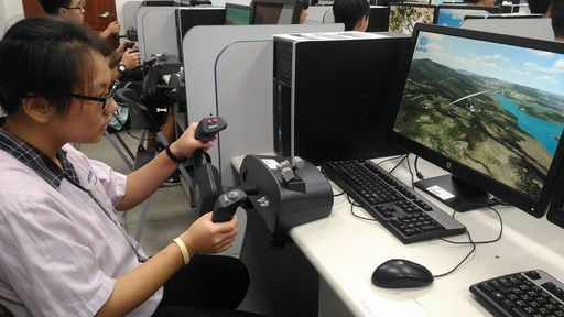 宜蘭學子到萬能航服系體驗模擬飛行
