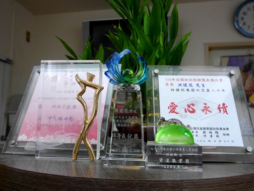 (107年台中市績優社會工作人員表揚【傳承與使命】終身成就獎獎盃)