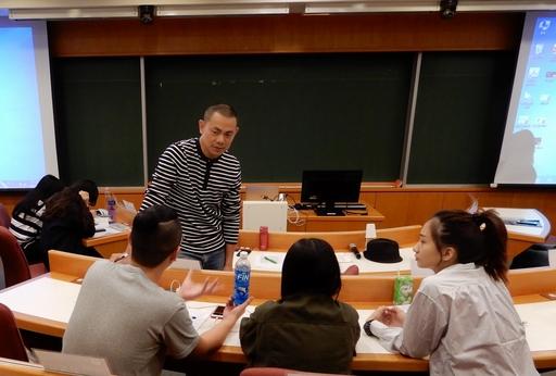 江振誠講座教授與同學討論其自創品牌的內容。