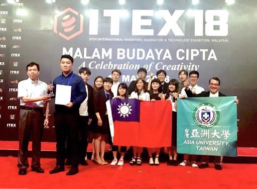 亞大發明團隊,在馬來西亞頒獎典禮中,上台受頒「閱讀咖啡」特別獎,由香港代表(前左),頒獎給劉桐同學。
