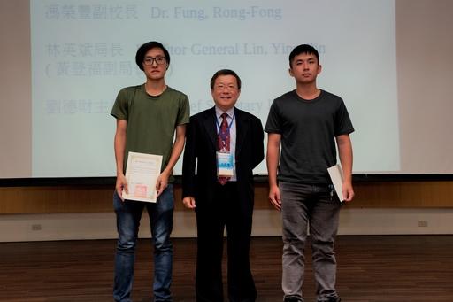 頒發獎狀予2018海洋文化攝影比賽得獎者(中間高科大馮榮豐副校長)