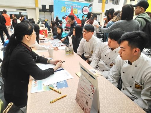 廠商與臺灣觀光學院學生實習面談過程。