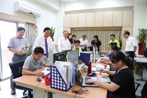 南華大學「大學社會責任實踐計畫專案辦公室」正式揭牌啟用,校長與主管們也關心工作團隊執行計畫的狀況。