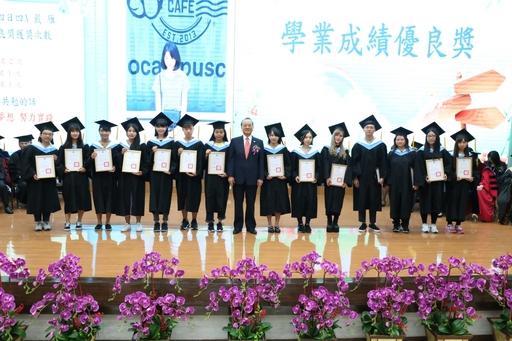朝陽科大董事長楊天生(中)特別勉勵畢業學子堅持專業,永不放棄夢想。
