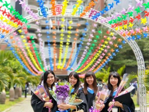 朝陽校園布置數千個風車,祝福畢業生展翅高飛,迎風翱翔。